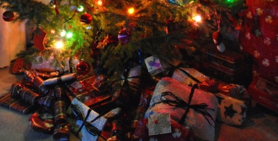gift-wrapped-christmas-presents-under-tree