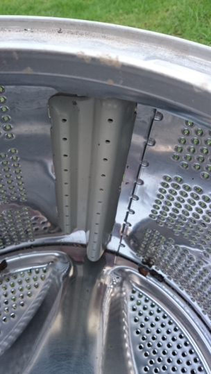 inside-of-washing-machine-drum-showing-plastic-insert-clips